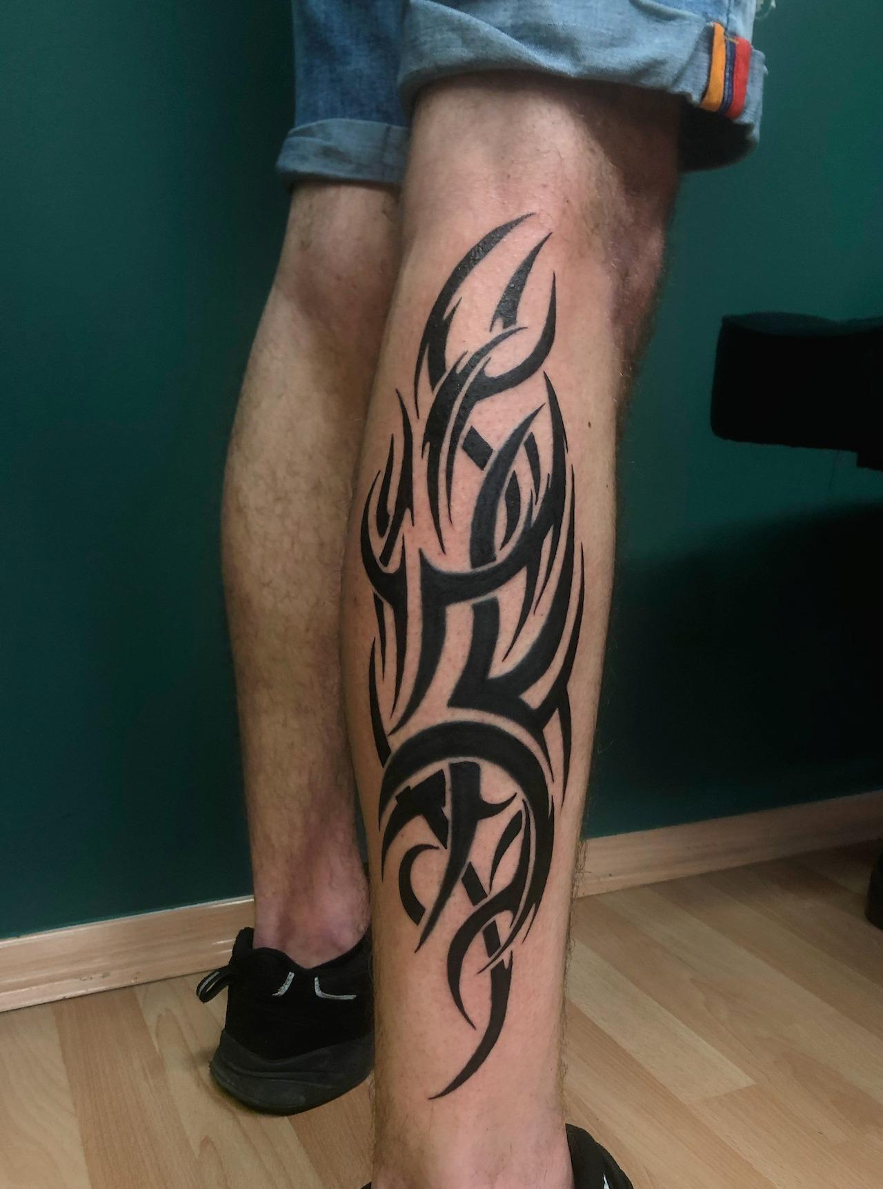 Tatuaż blackwork - Klasyczny tribal na łydzie od Koziarza
